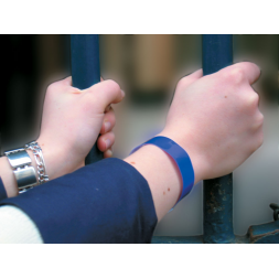 blue classic vinyl glitter wristband on wrist en
