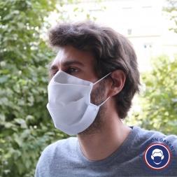 masque en tissu sur le cote gauche