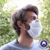 masque en tissu sur le cote droit